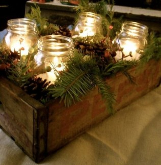 Petits pots, branches de sapin et caisse en bois