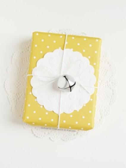 Papier cadeau personnalisé jaune à pois avec petit napperon et grelot