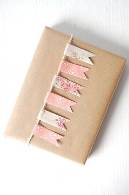 Papier cadeau personnalisé avec masking tape et papier kraft