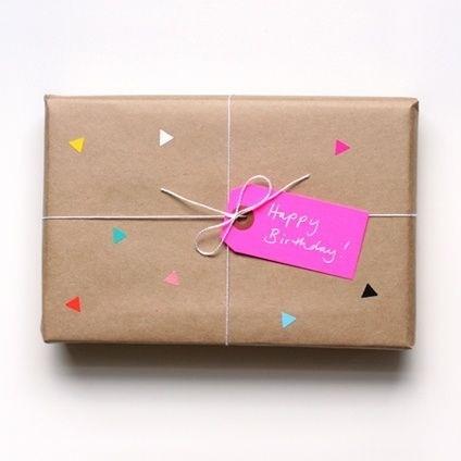 Papier cadeau personnalisé avec petit stickers multicolores et étiquette fluo