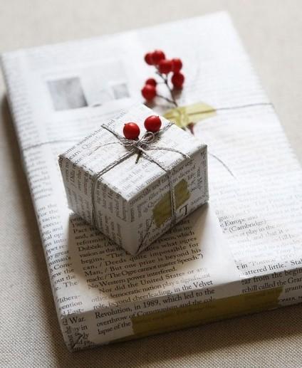 Papier cadeau personnalisé Noël avec journal et baies rouges, ficelle