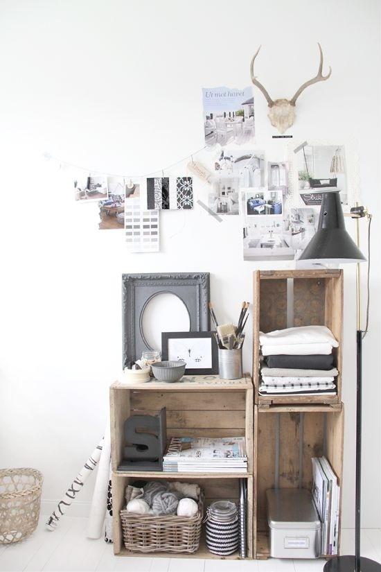 Composition d'étagères avec des caisses en bois