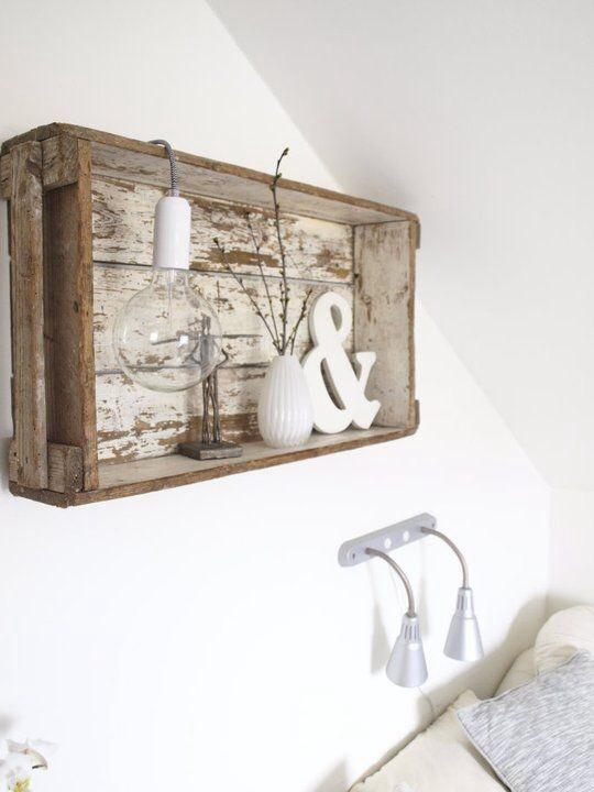 Etagère murale avec une caisse en bois