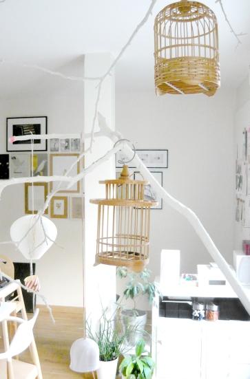 Salon blanc, branche de bois suspension