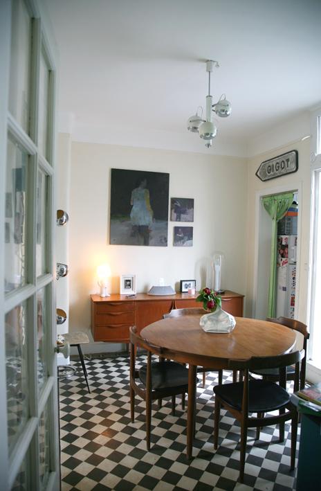 Salon madame La Broc : buffet enfilade 50's, carrelage noir et blanc, panneau