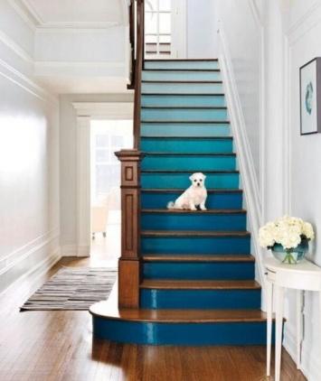 Escalier peint dégradé bleu