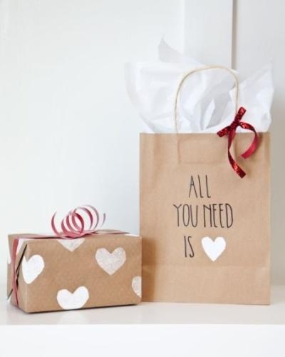 Papier cadeau à motif DIY kraft et tampon blanc