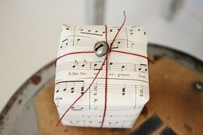 Paquet cadeau partition ficelle roige