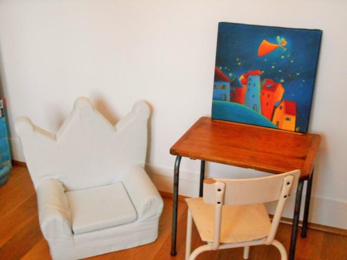 Bureau bois et petit fauteuil en tissu
