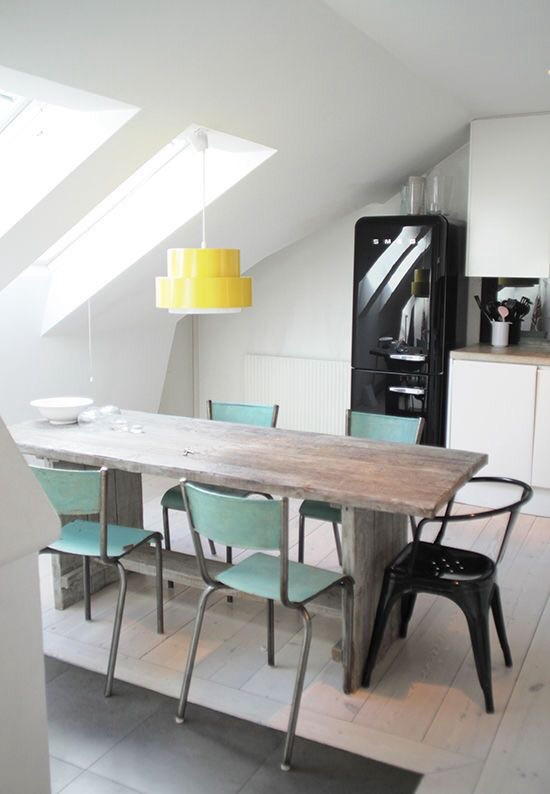 Salle à manger avec chaises bleu glacier - La Parenthèse déco