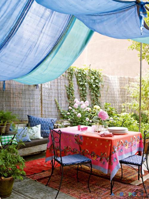 Voilages et tapis colorés pour une terrasse