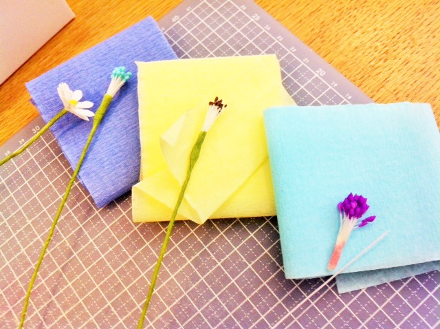 Choix des couleurs de crêpon et des pistils avant la confection des fleurs, vu sur La Parenthèse déco