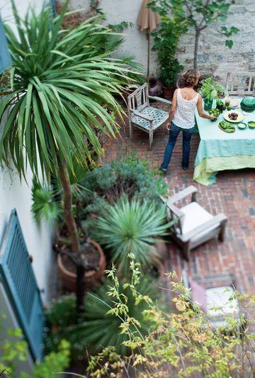 Idée déco pour une terrasse : plantes exotiques, briques