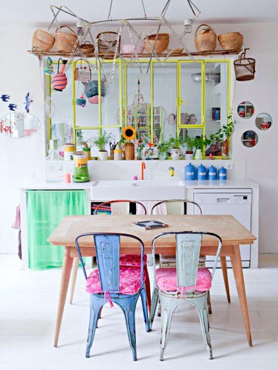 Décoration vintage table en bois et couleurs